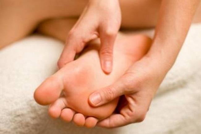 Ngâm chân chữa đau bàn chân